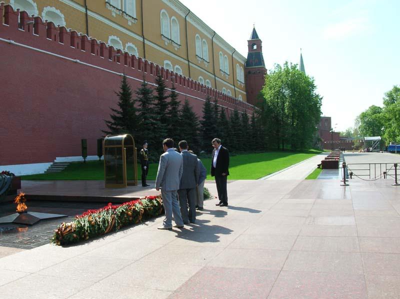 Возложение венков к Вечному огню в Александровском саду
